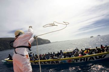 The Spanish coastguard intercepts a traditional fishing boat carrying African migrants off the island of Tenerife in the Canaries. Photo: UNHCR / A. Rodriguez