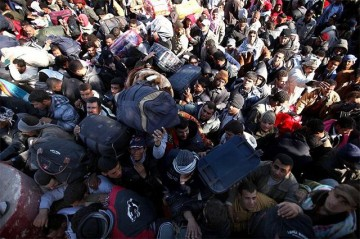 Thousands of migrant workers wait to enter Tunisia, in order to escape the violence in Libya, at Ras Jdir, Tunisia. Photo: Spencer Platt