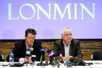 Mark Munroe (l), executive vice president for mining at Lonmin, the world's third-largest platinum mining company, speaks alongside Lonmin chief financial officer Simon Scott (r) during a press conference. © Stephane de Sakutin/AFP/GettyImages