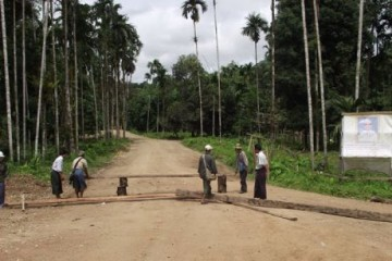 Protesting villagers in Burma are seen laying a blockade of the road that links Dawei to Thailand. (Photo: Facebook / CSLD)